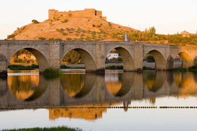 Castillo de Medellín y puente romano en Badajoz
