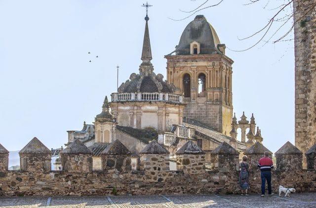 Muralla y vista iglesia en Jerez de los Caballeros
